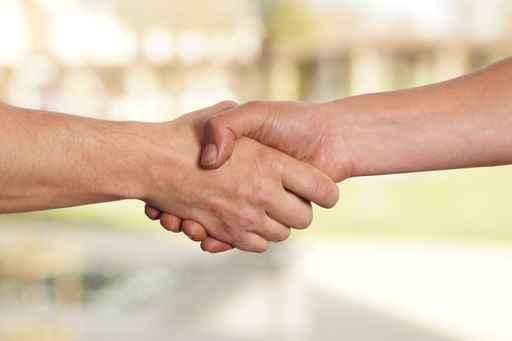 Zwei Mnner reichen sich die Hnde Handschlag